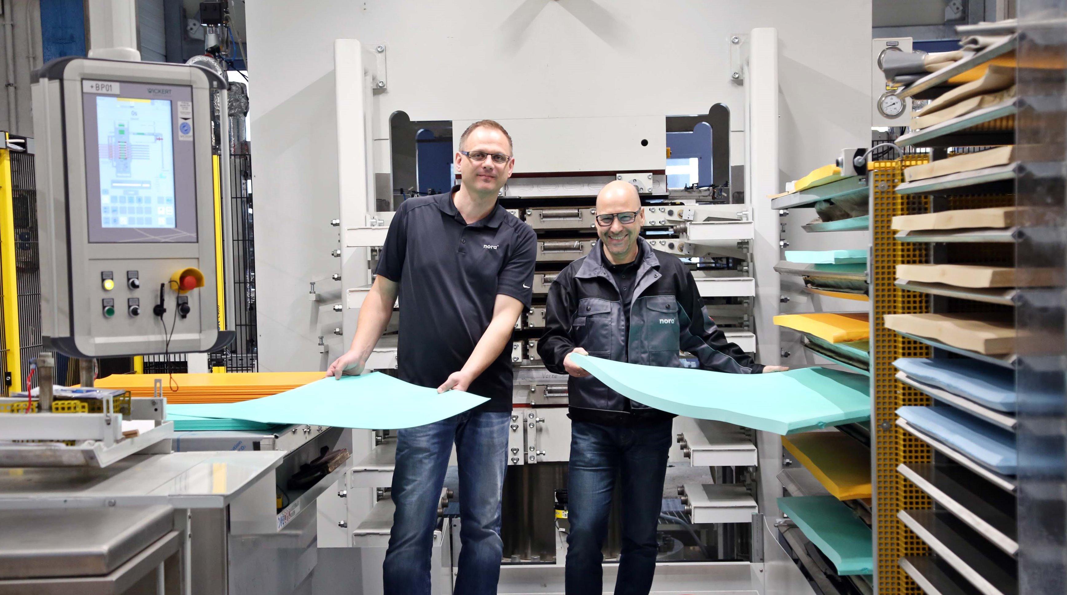 nora Mitarbeiter zeigen die neuen großen EVA Platten aus der neuen Leichtzellpresse