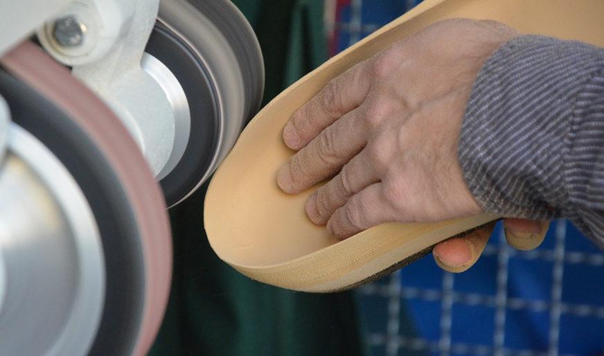 Schleifvorgang einer diabetes-adaptierten Fußbettung aus nora® Lunatec combi und Lunairmed
